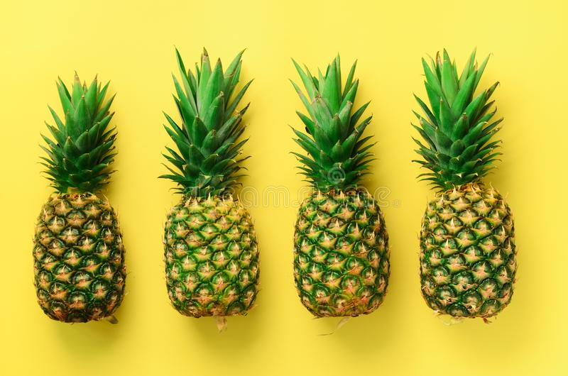 Świezi ananasy na żółtym tle Odgórny widok Wystrzał sztuki projekt, kreatywnie pojęcie kosmos kopii Jaskrawy ananasa wzór zdjęcia stock