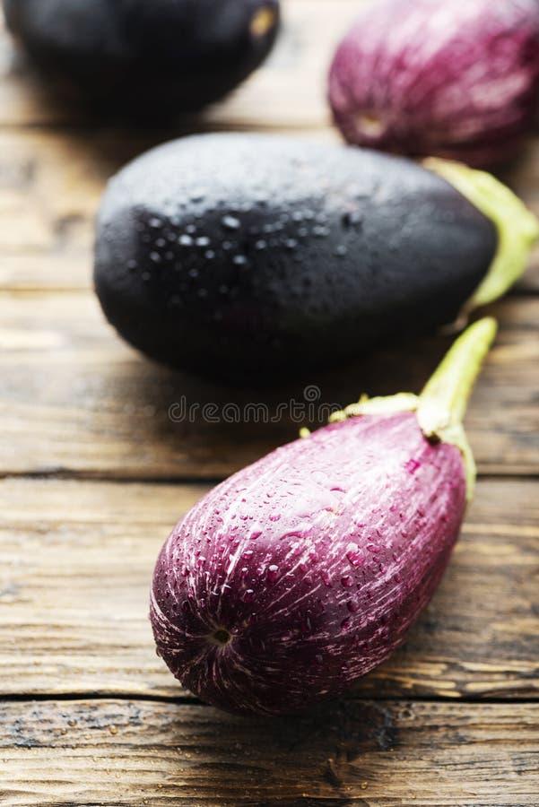 Świezi aubergines na drewnianym stole fotografia royalty free