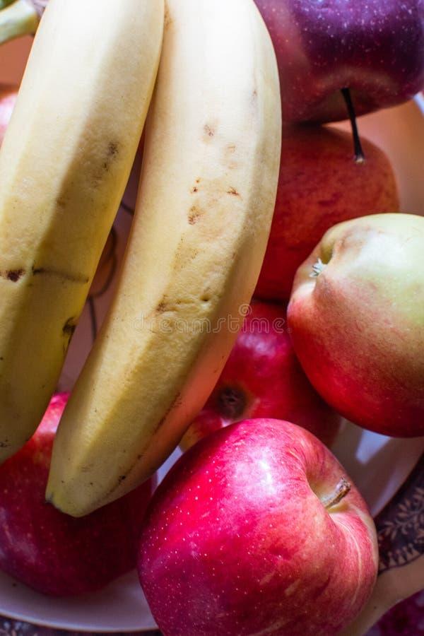 Świezi banany i jabłka w pucharze zdjęcia royalty free