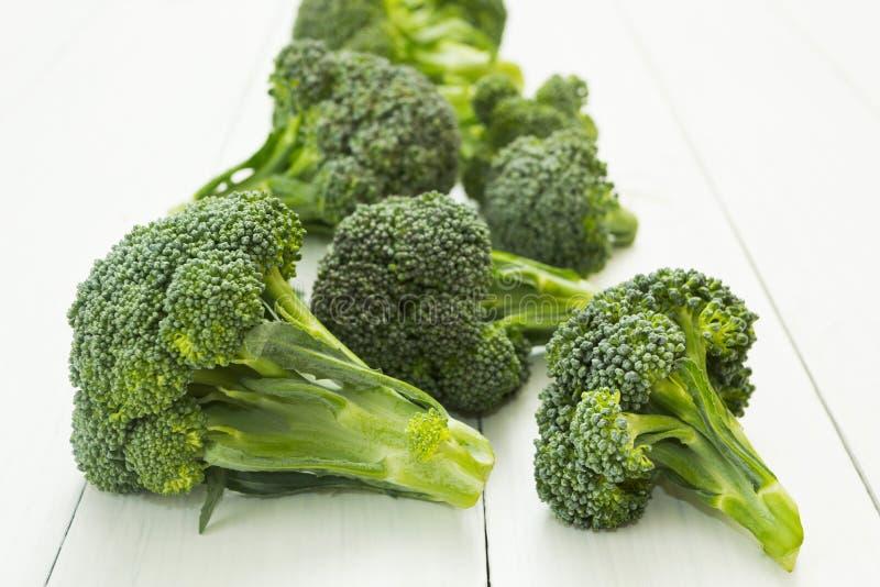 Świezi brokuły na bielu stole obrazy royalty free