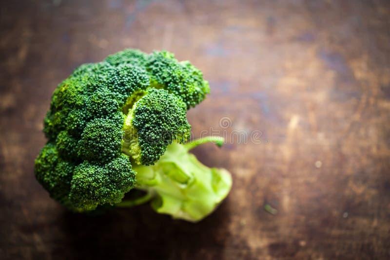 Świezi brokuły na drewnianym stołu zakończeniu up Zdrowy Zielony Organicznie fotografia royalty free