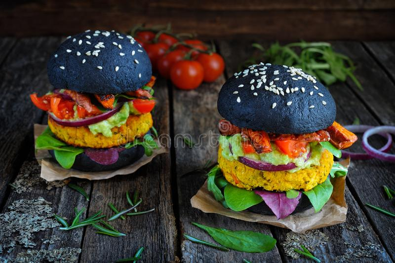 Świezi chickpea weganinu hamburgery z batatem, szpinak, tomatoe obraz stock