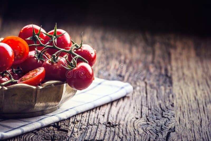 Świezi Czereśniowi pomidory Dojrzali pomidory na dębowym drewnianym tle fotografia royalty free