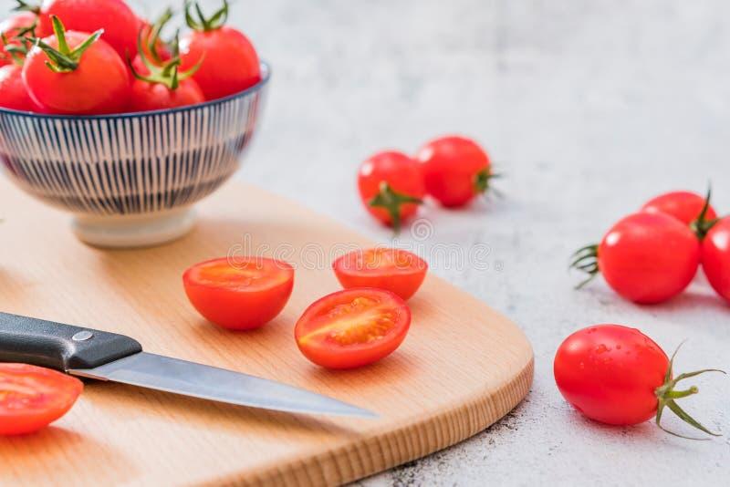 Świezi Czereśniowi pomidory Jeden noc Pod Białym tłem fotografia royalty free