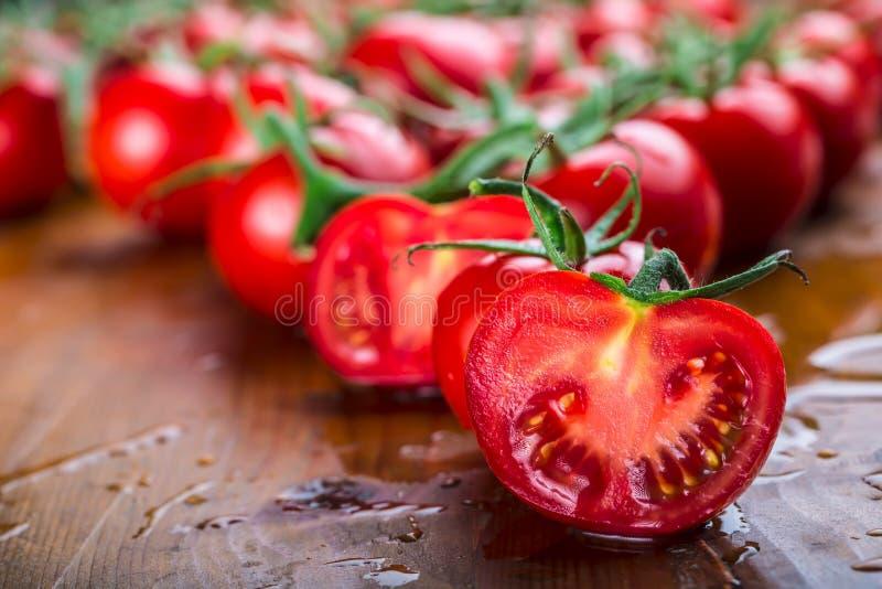 Świezi czereśniowi pomidory myli czystą wodę Rżnięci świezi pomidory obrazy stock