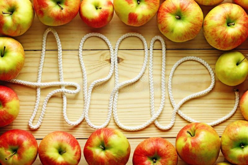 Świezi czerwoni jabłka na drewnianym tle obraz royalty free