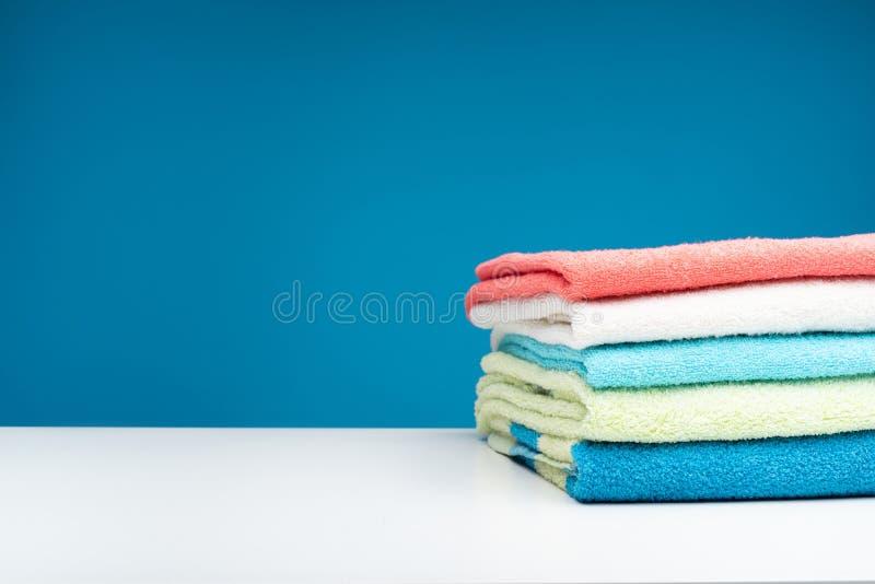 Świezi czyści ręczniki po pralni obrazy royalty free