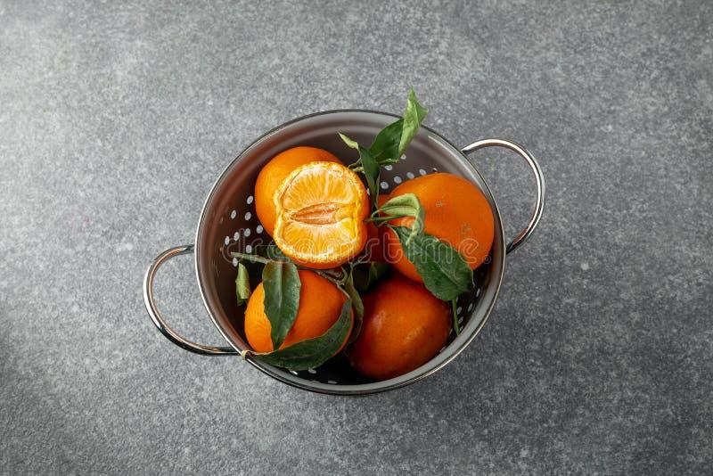 Świezi dojrzali tangerines w szarym colander zdjęcia royalty free