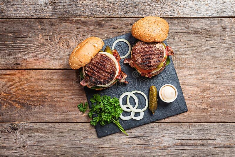 Świezi domowej roboty hamburgery zdjęcia royalty free