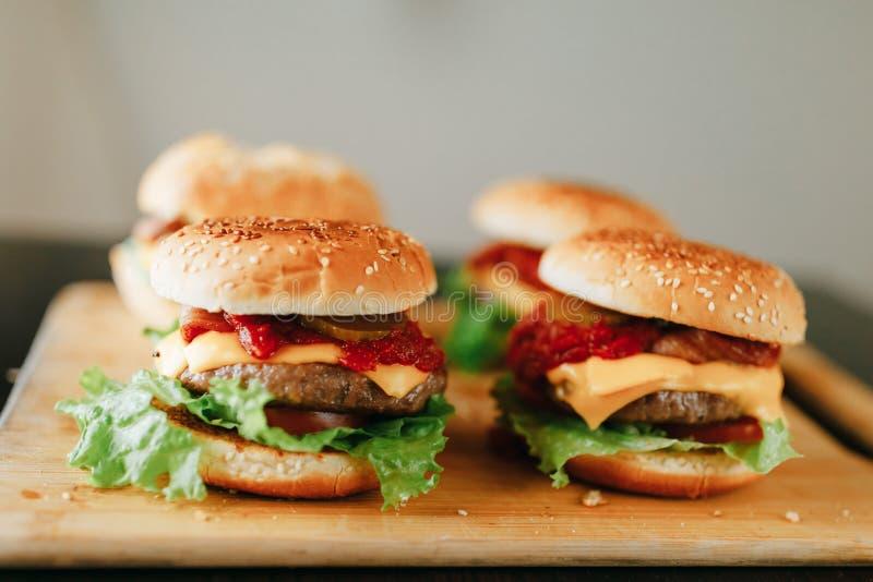 Świezi domowej roboty hamburgery na drewnianej tacy obrazy stock