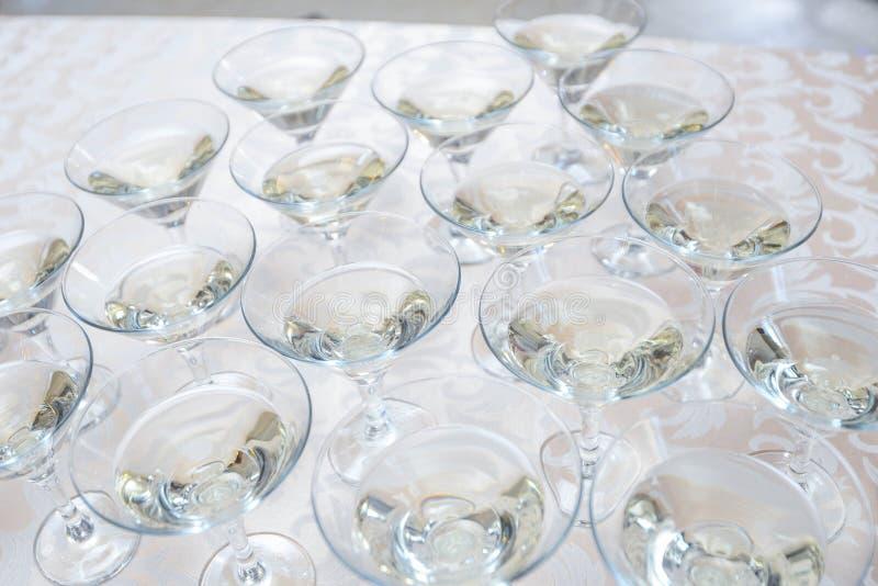 Świezi domowi robić ajerówki Martini koktajle z oliwkami zdjęcie stock