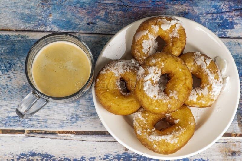 Świezi donuts z sproszkowanym cukierem na stole zdjęcia royalty free