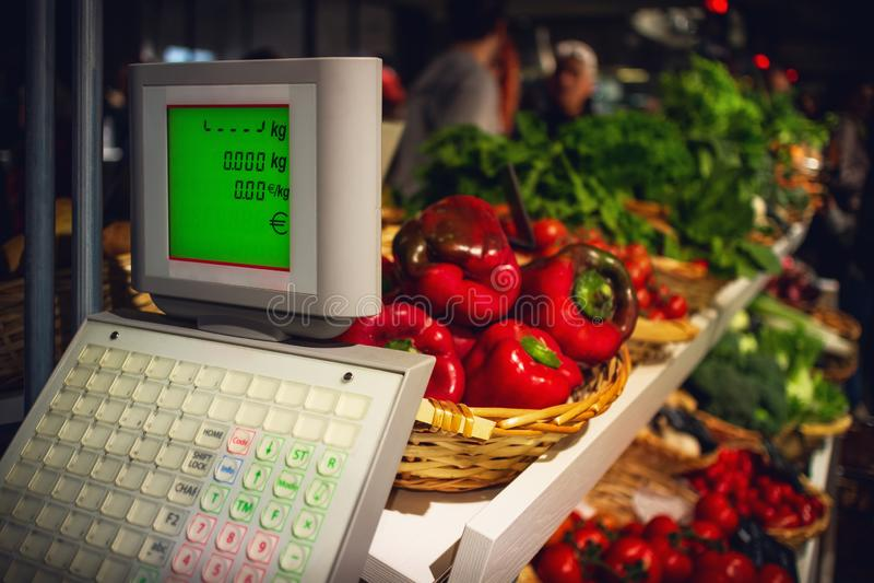 Świezi i smakowici czerwoni pieprze i sałatka na wprowadzać na rynek kram w Italy obraz royalty free