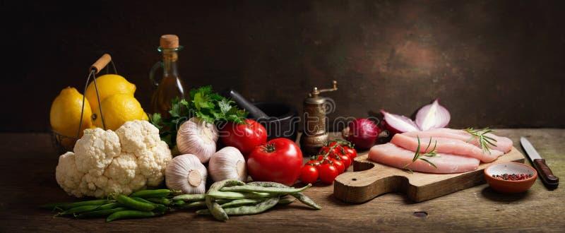 Świezi indyczy mięśni stki z rozmarynami i składnikami dla gotować obrazy stock