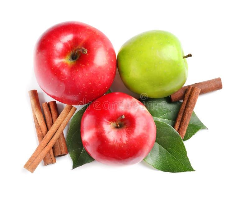 Świezi jabłka i cynamonowi kije zdjęcia stock