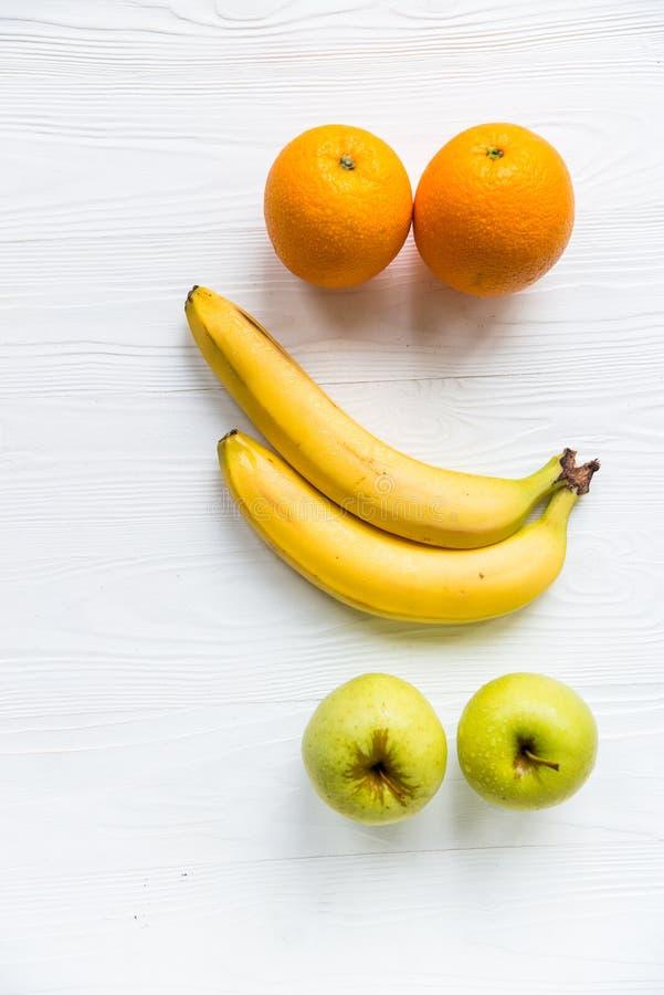 Świezi jabłka, pomarańcze i banany na bielu, zdjęcia royalty free