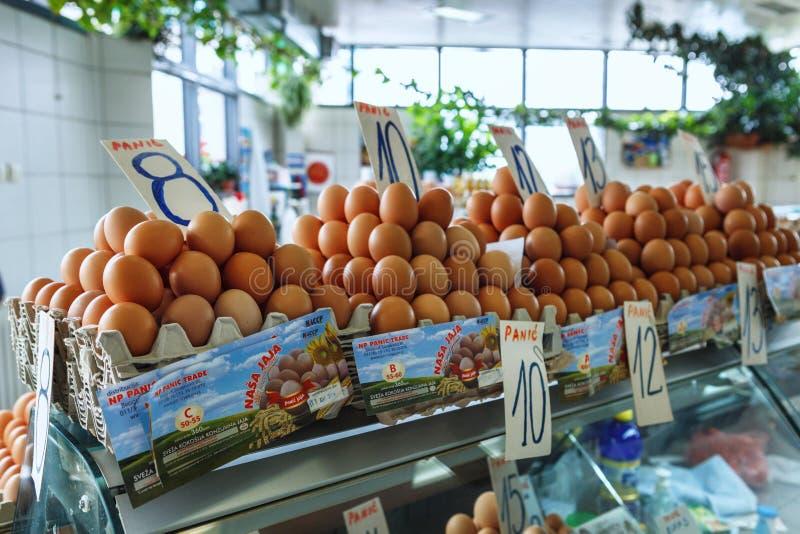 świezi jajka przy Serbskim Zeleni Venac rolnika rynkiem obraz stock