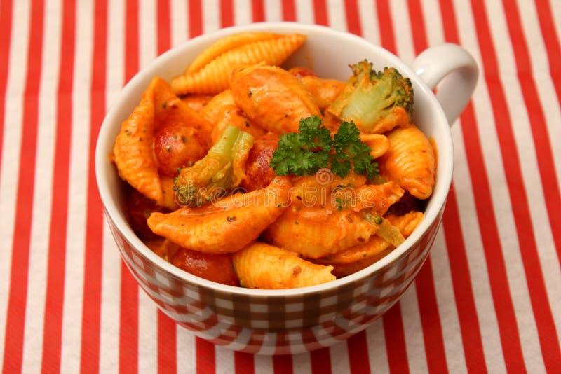 Świezi kluski z warzywami w pomidorowym kumberlandzie fotografia stock
