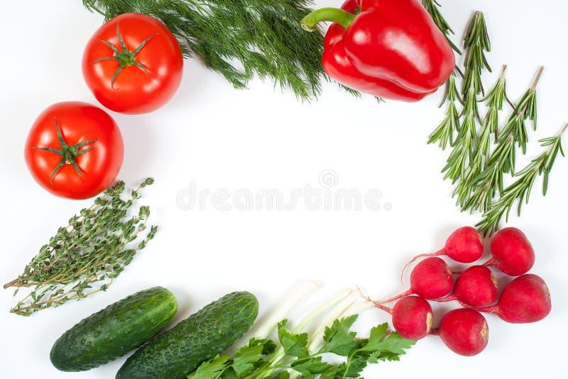 Świezi kolorowi organicznie warzywa chwytali z góry odgórnego widok, mieszkanie nieatutowy Bia?y t?o Uk?ad z bezp?atnej kopii prz obraz stock