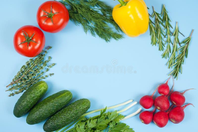Świezi kolorowi organicznie warzywa chwytali z góry odgórnego widok, mieszkanie nieatutowy niebieska t?a Uk?ad z bezp?atnej kopii fotografia royalty free