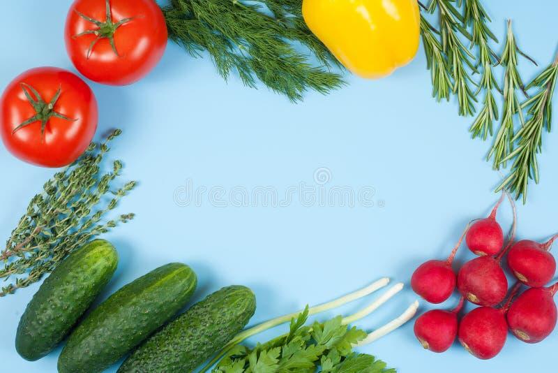 Świezi kolorowi organicznie warzywa chwytali z góry odgórnego widok, mieszkanie nieatutowy niebieska t?a Uk?ad z bezp?atnej kopii zdjęcia royalty free