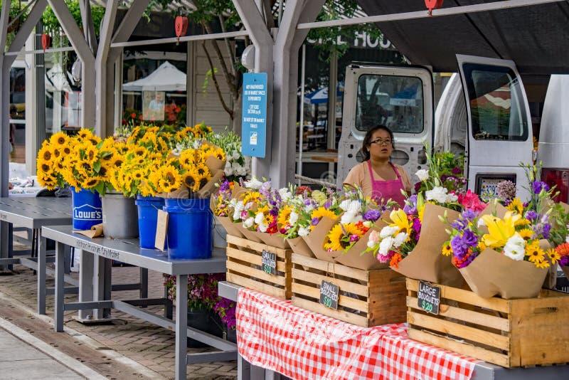 Świezi kwiaty dla sprzedaży przy Lokalnym rolnika rynkiem zdjęcia royalty free