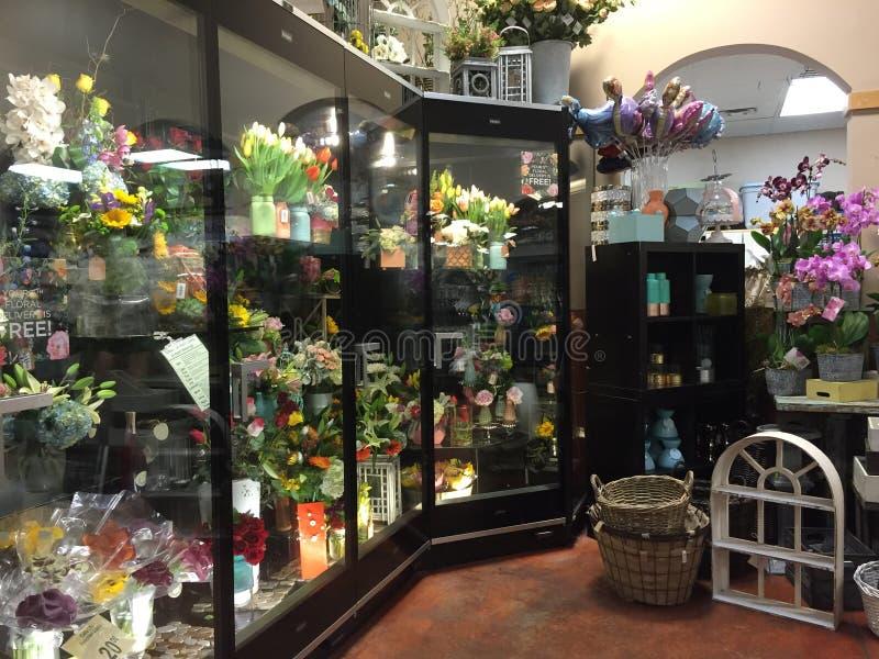 Świezi kwiaty w chłodzenia sprzedawaniu obraz royalty free