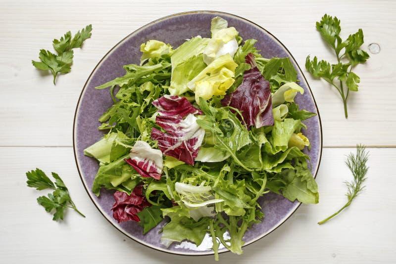 Świezi mieszani sałata liście na talerzu fotografia stock