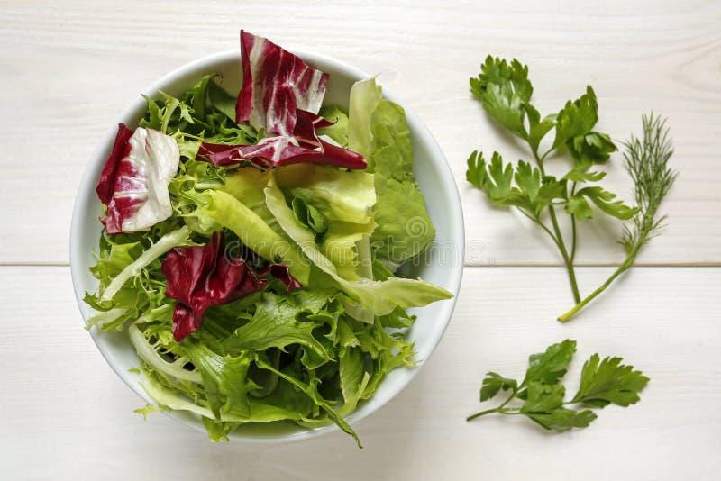 Świezi mieszani sałata liście w pucharze zdjęcie stock