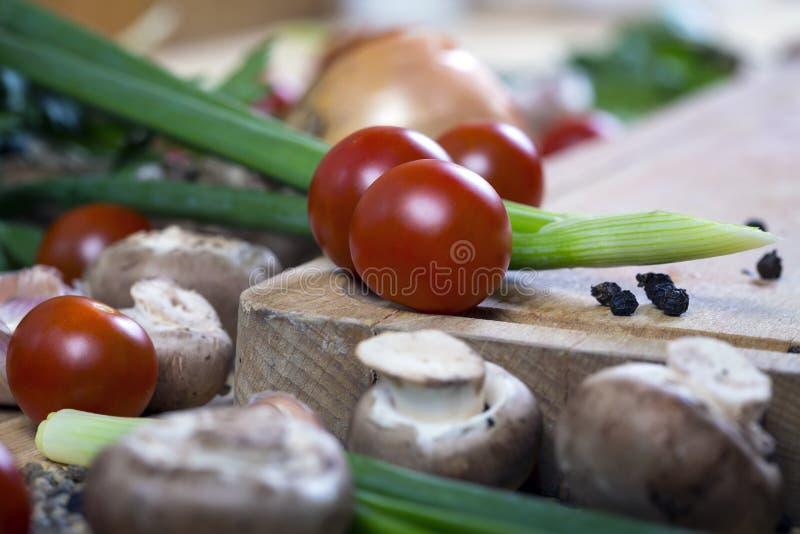 Świezi mieszani warzywa na drewnianej desce, pojęcie zdrowy eatin zdjęcie royalty free