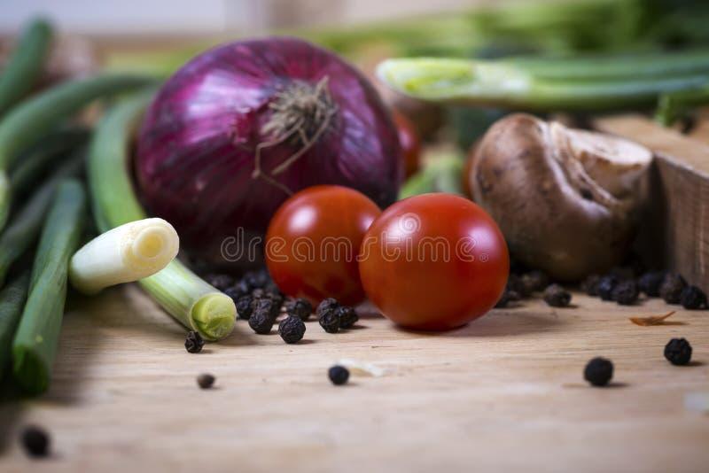 Świezi mieszani warzywa na drewnianej desce, pojęcie zdrowy eatin zdjęcia stock