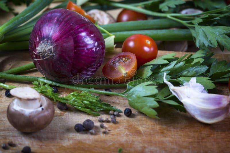 Świezi mieszani warzywa na drewnianej desce, pojęcie zdrowy eatin obrazy royalty free