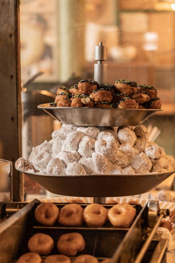 Świezi Mini Donuts Na pokazie zdjęcia royalty free