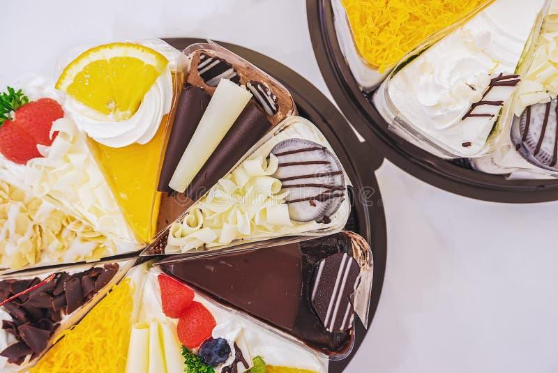 Świezi mleko torty spojrzenie atrakcyjny i różnorodność owoc które pięknie dekorują, fotografia royalty free