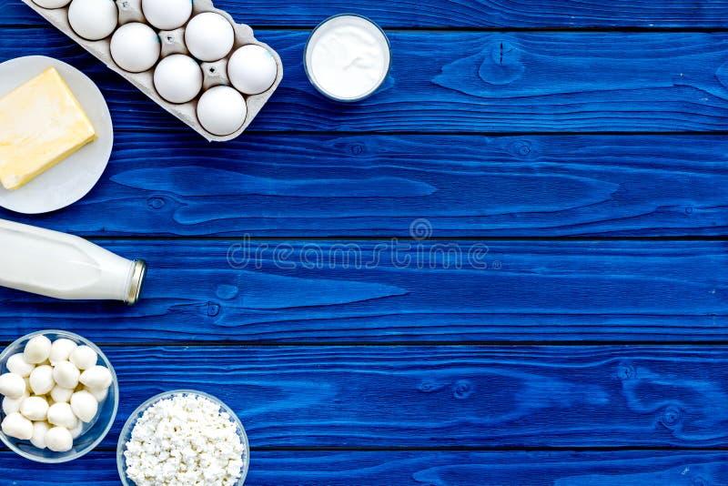 świezi nabiałów produkty Mleko, chałupa, ser, yougurt na błękitnym drewnianym stołowym odgórnego widoku egzaminie próbnym up obrazy royalty free