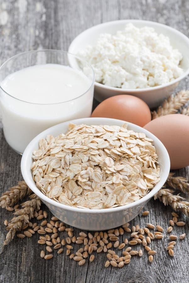 świezi nabiały oatmeal, jajka, chałupa ser i mleko -, obraz stock