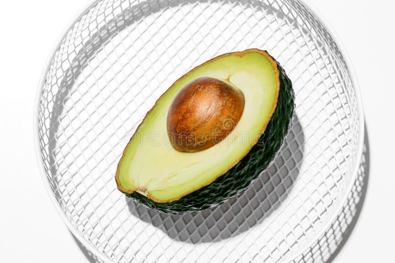 Świezi organicznie hass avocados na białym koszykowym tle zdjęcie royalty free