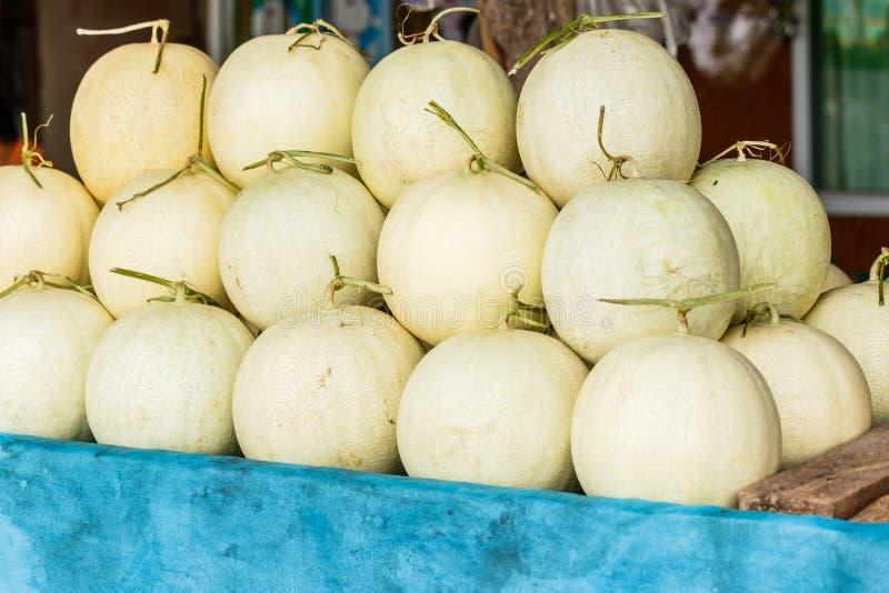 Świezi organicznie kantalupów melony brogujący na stole dla sprzedaży przy loc obrazy royalty free