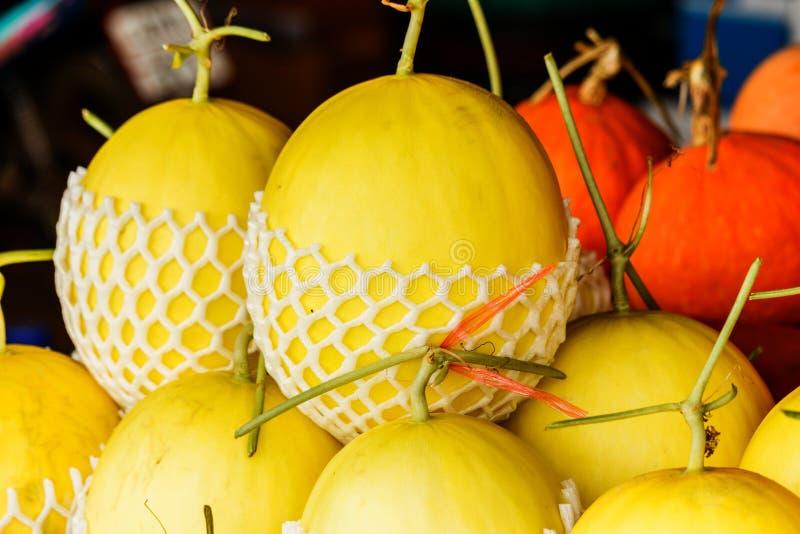 Świezi organicznie kantalupów melony brogujący na stole dla sprzedaży przy loc zdjęcie stock