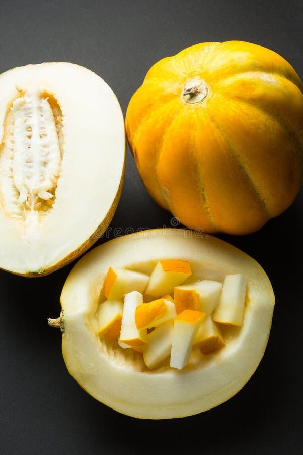 Świezi organicznie melony pokrajać na czarnym tle zdjęcia stock