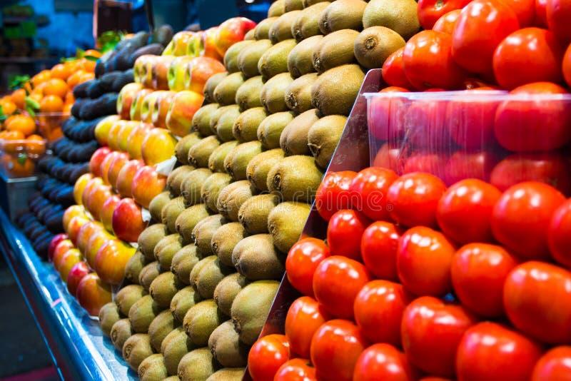 Świezi organicznie owoc i warzywo na rynku kramu obrazy royalty free