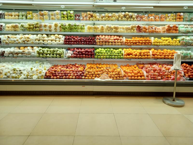 Świezi organicznie warzywa i owoc na półce w supermarkecie poj?cia zdrowe jedzenie Witaminy i kopaliny supermarketa produkt fotografia royalty free