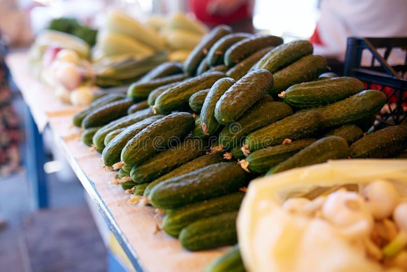 Świezi organicznie warzywa i owoc na sprzedaży przy lokalnym rolnika lata rynkiem outdoors tła babeczki wiązki marchewek pojęcia  obrazy stock