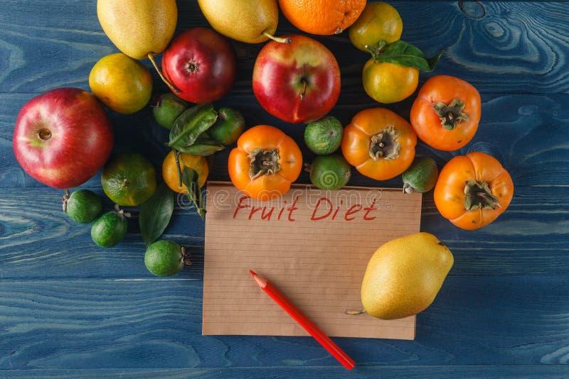 Świezi organicznie warzywa i owoc Sałata, avocado, jabłko, półdupki obraz stock