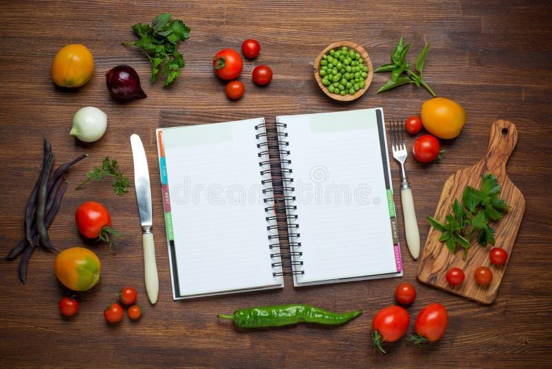 Download Świezi Organicznie Warzywa I Pikantność Na Drewnianym Zdjęcie Stock - Obraz złożonej z ziele, łasowanie: 57669014