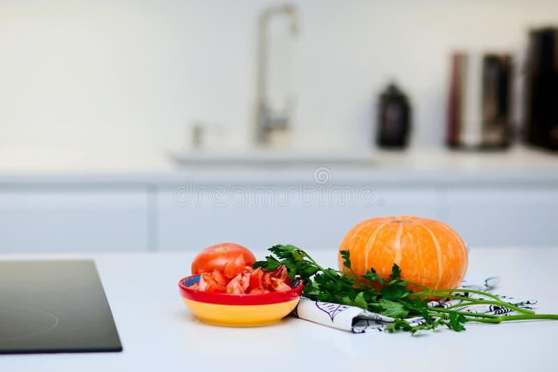 Świezi organicznie warzywa na bielu stole w kuchni zdjęcie stock