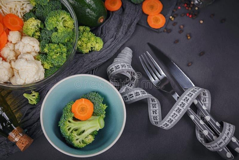 Świezi organicznie warzywa na ciemnym tle Jarska karmowa zakładka zdjęcia royalty free