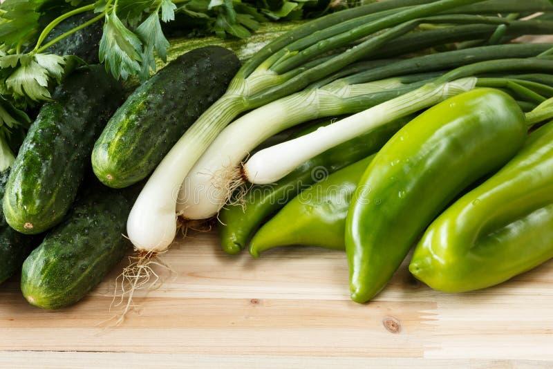 Świezi, organicznie zieleni warzywa na drewnianym tle, obrazy stock