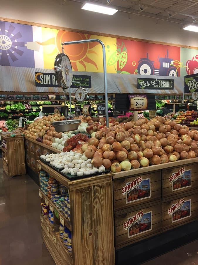 Świezi owoc i warzywo dla sprzedaży przy flancami zdjęcie royalty free