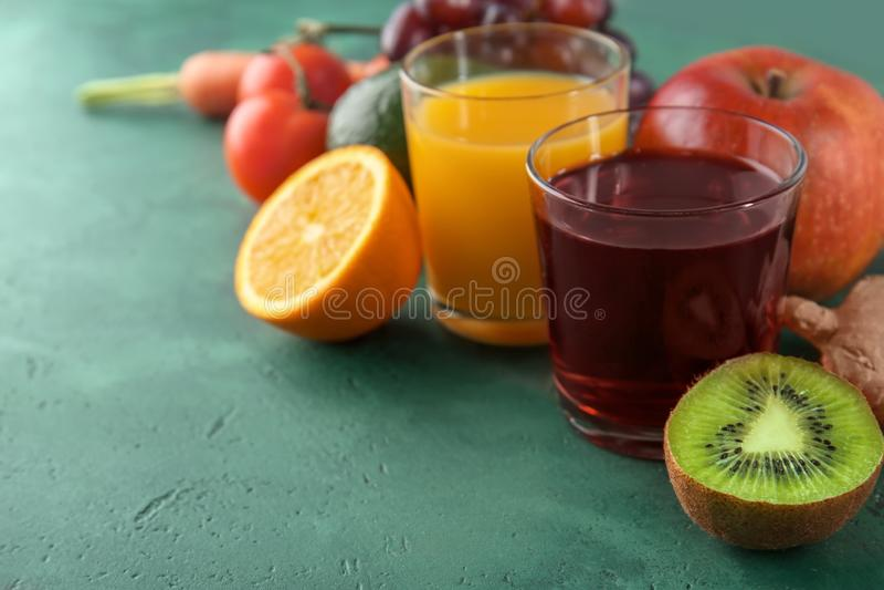 Świezi owoc i warzywo z szkłami sok na koloru tle poj?cia zdrowe jedzenie zdjęcie royalty free